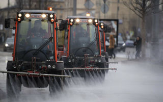 Почему дороги поливают в дождь? Получен компетентный ответ