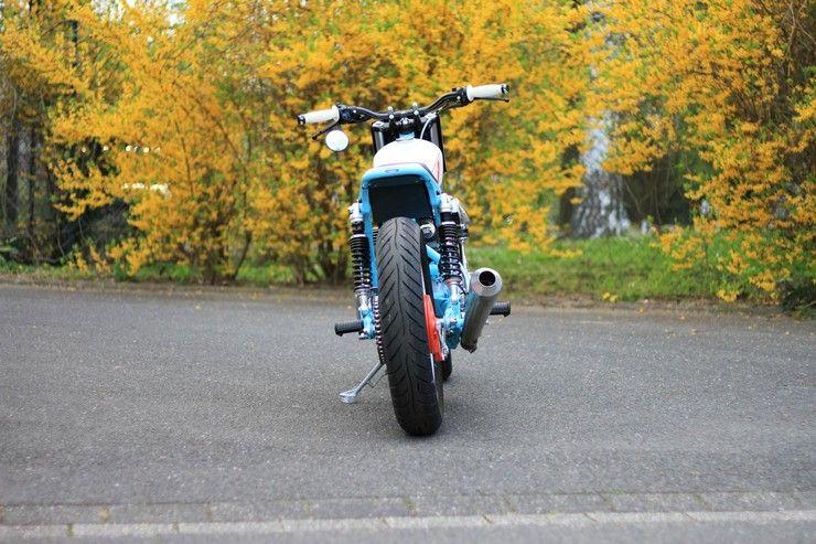 Kawasaki W650 вид сзади