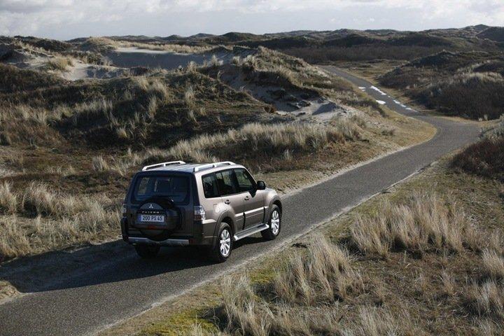 Mitsubishi Pajero фото вид сзади