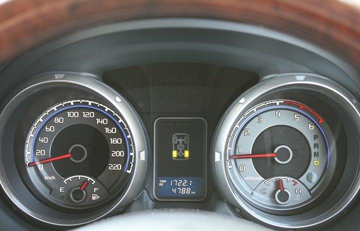 Mitsubishi Pajero приборная панель