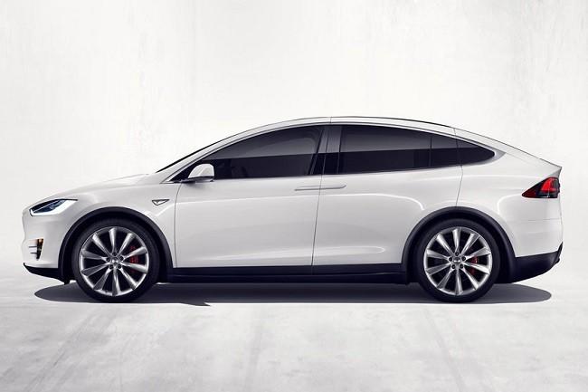 Tesla X вид сбоку