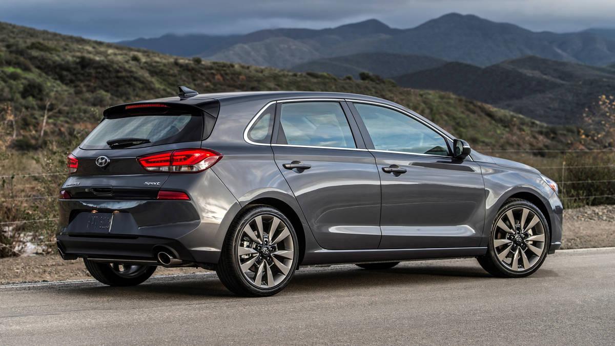 Hyundai Elantra GT 2018 вид сбоку