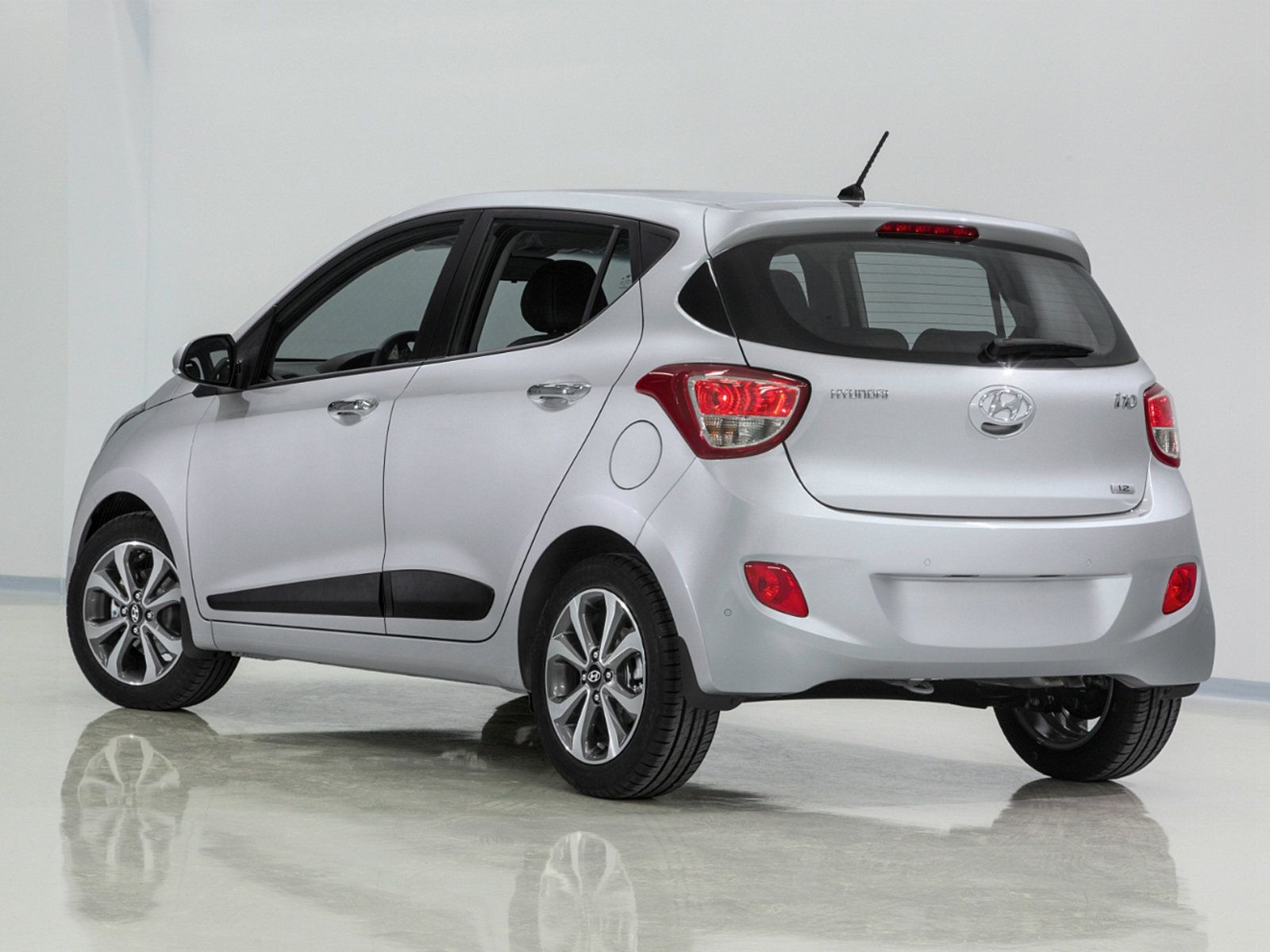 Hyundai i10 фото сзади