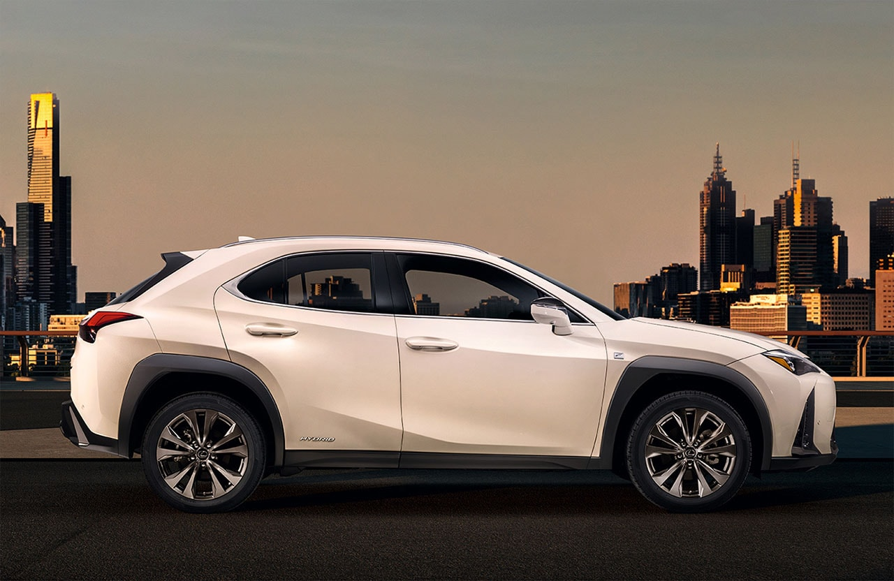 Lexus UX фото сбоку