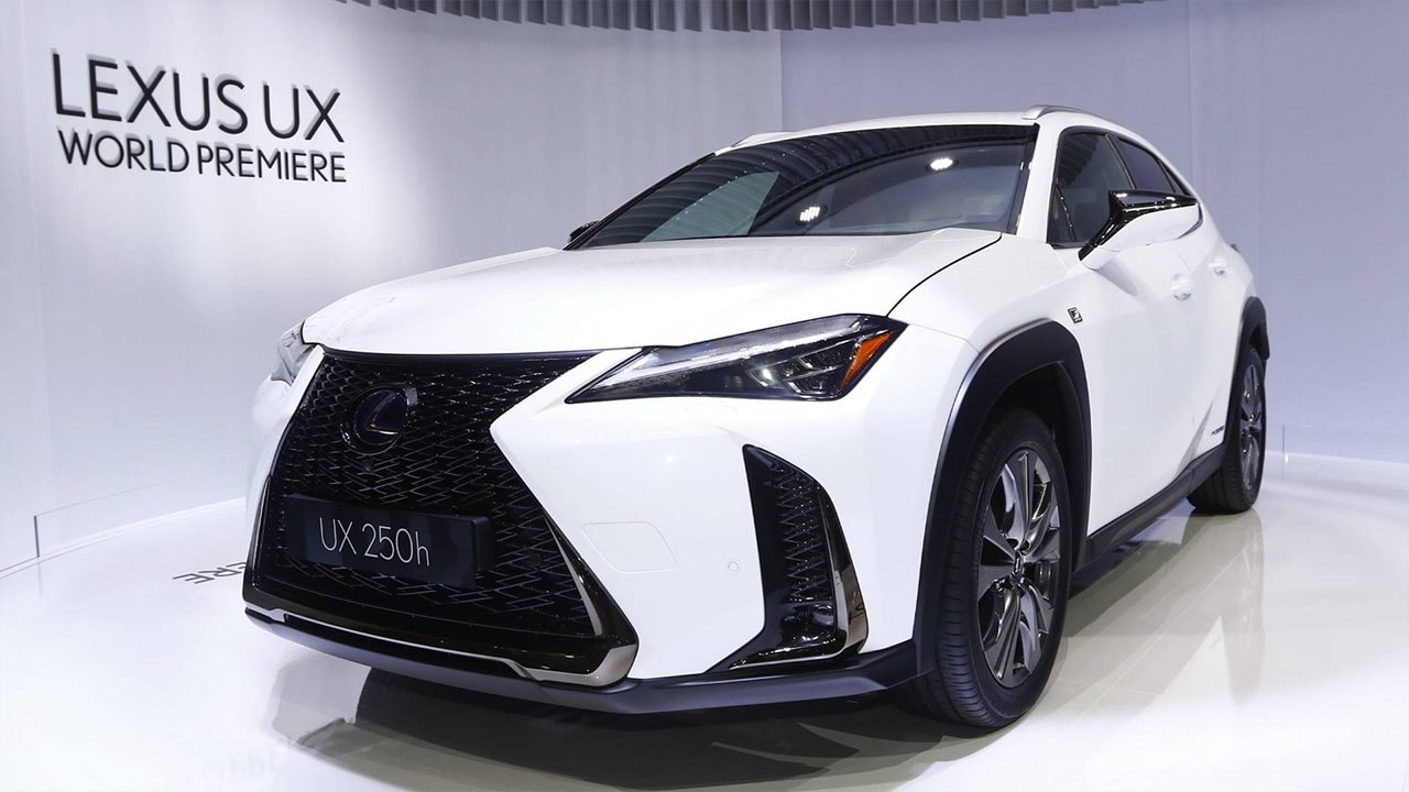 Lexus UX фото спереди