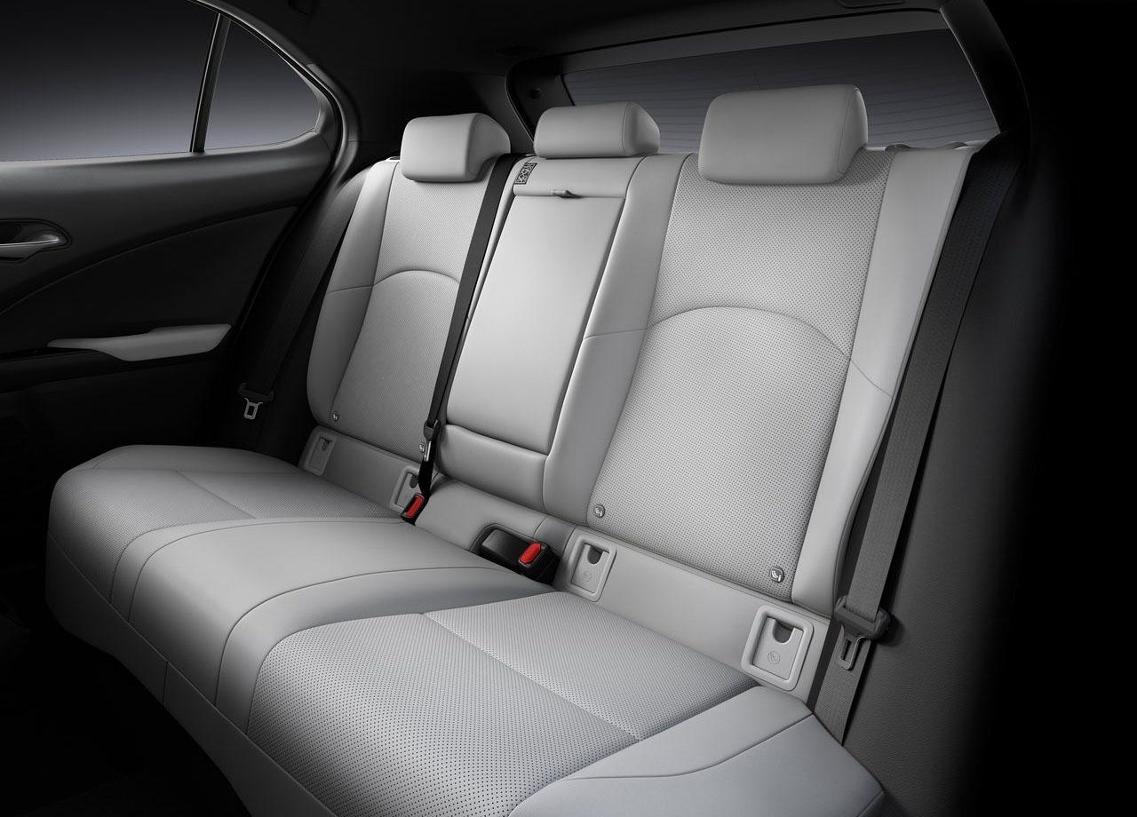 Lexus UX задние сидения
