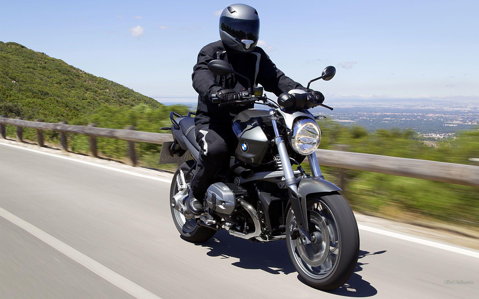 мотоцикл BMW R1200R вид спереди