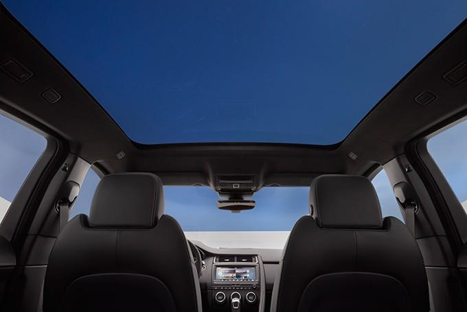 Jaguar E-Pace фото панорамная крыша