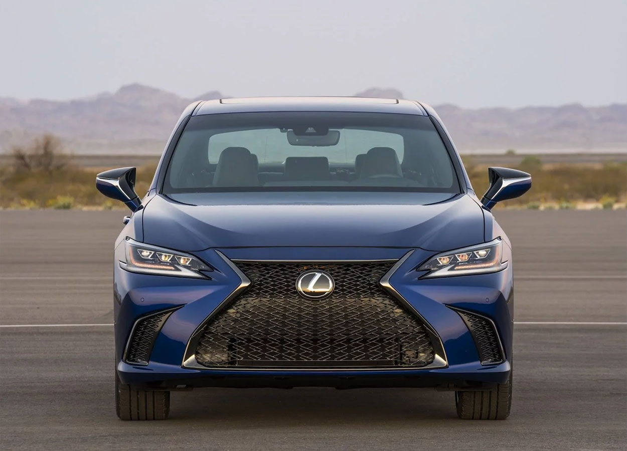 Lexus ES спереди