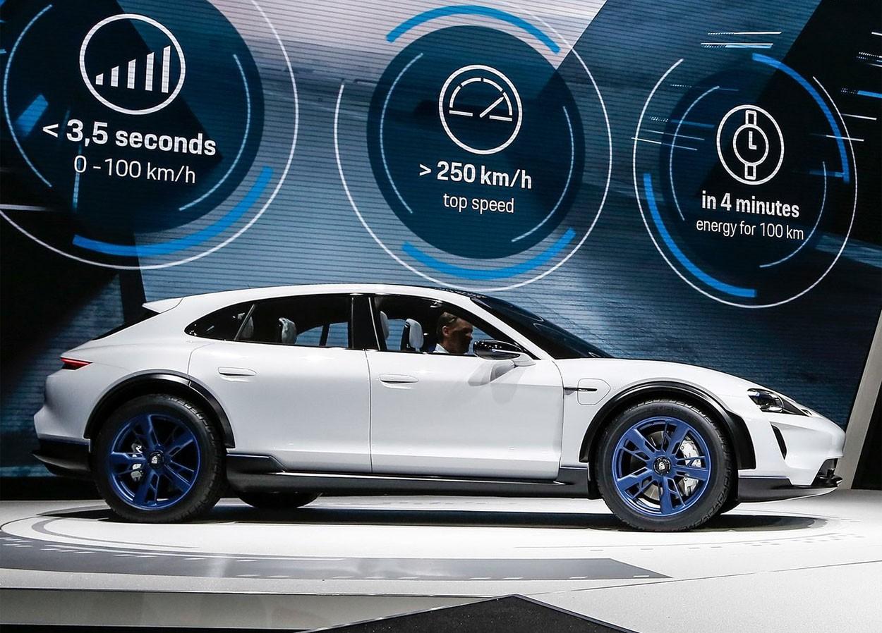 Porsche Mission E Cross Turismo Concept фото сбоку