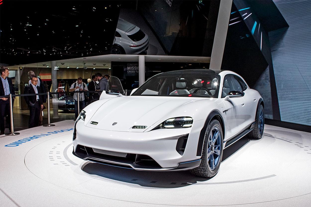 Porsche Mission E Cross Turismo Concept фото спереди