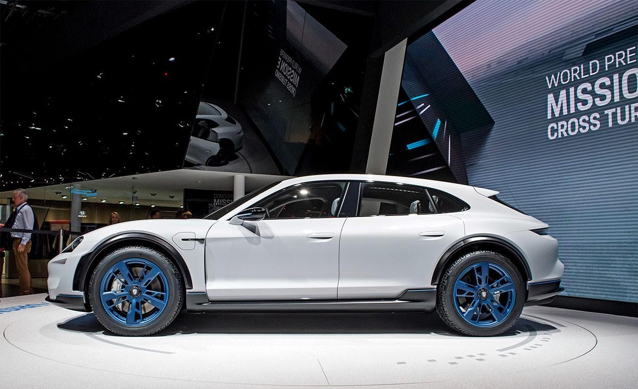 Porsche Mission E Cross Turismo Concept вид сбоку
