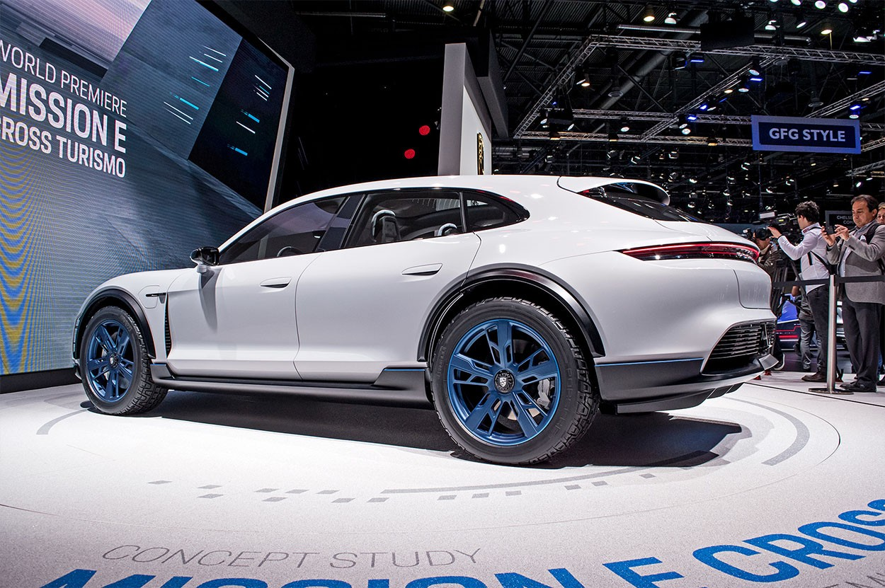Porsche Mission E Cross Turismo Concept вид сзади