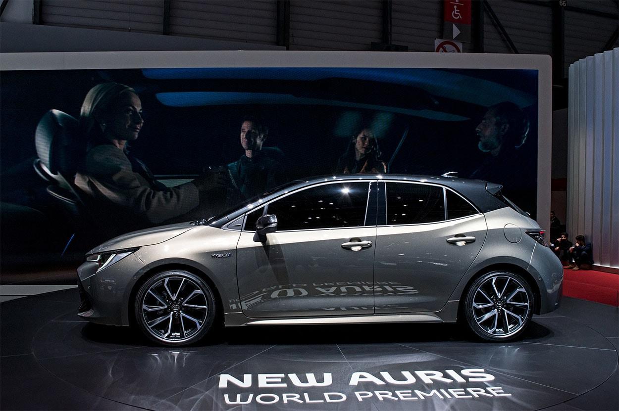Toyota Auris 3 вид сбоку