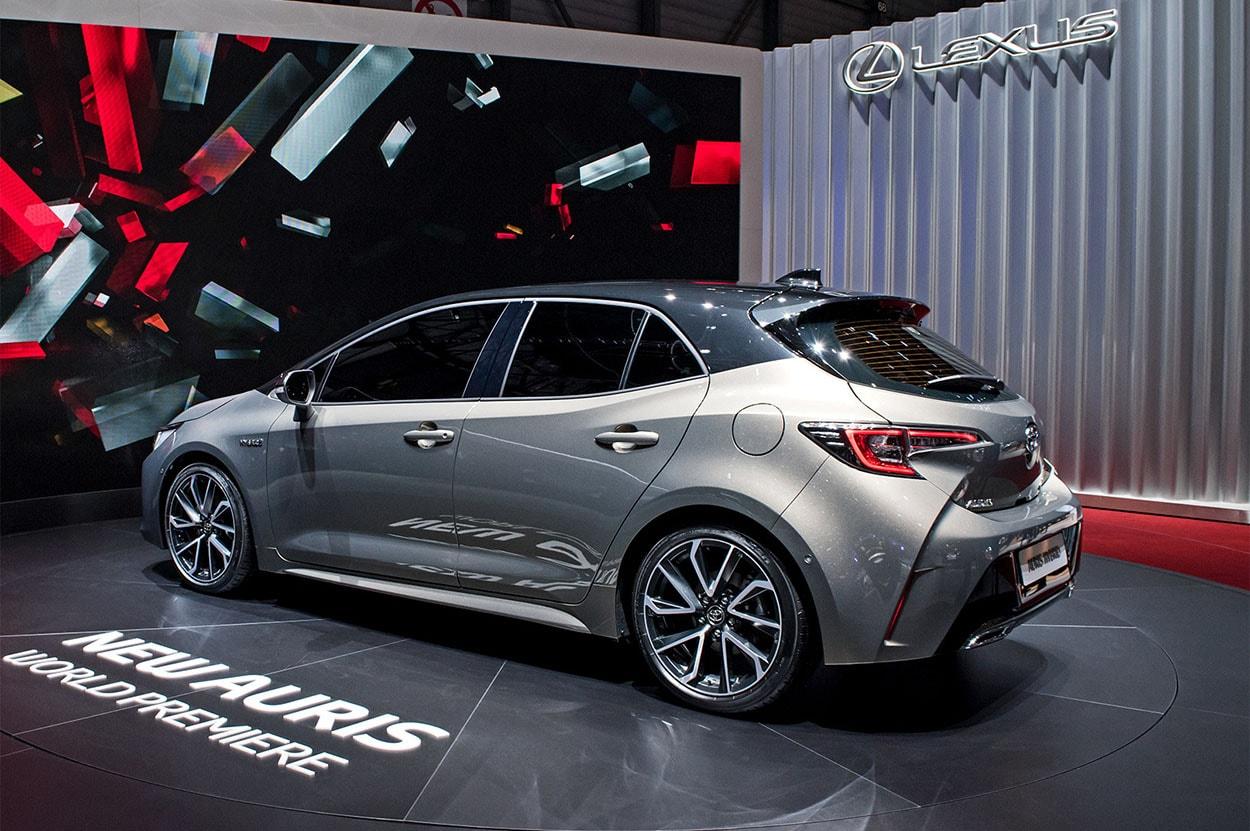 Toyota Auris 3 вид сзади