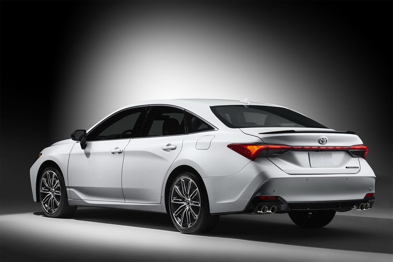 Toyota Avalon сзади белый