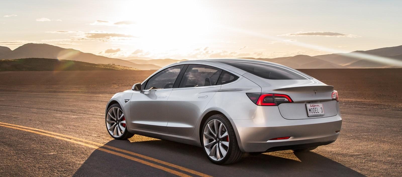 Tesla Model 3 вид сзади
