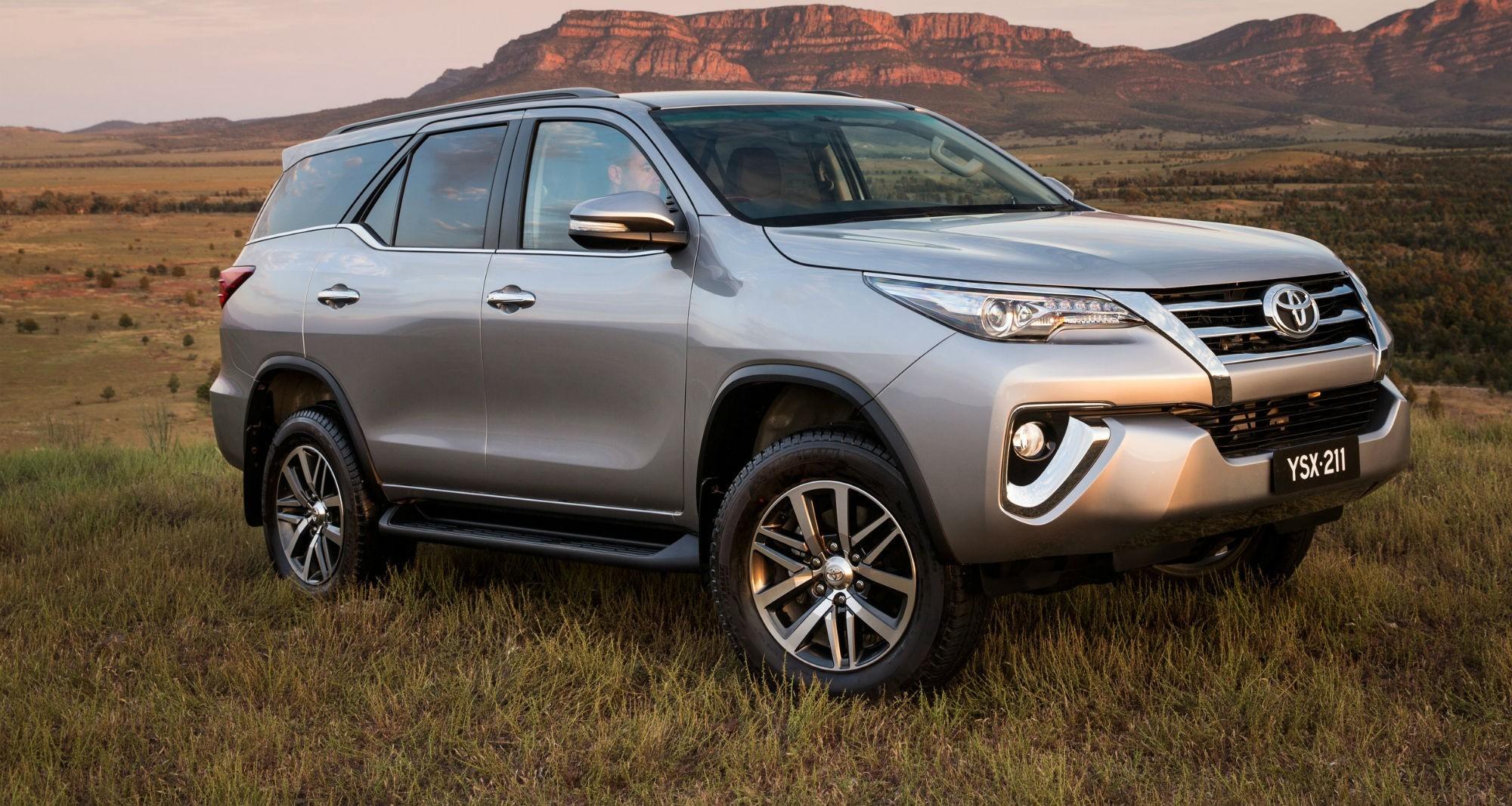 Toyota Fortuner вид спереди