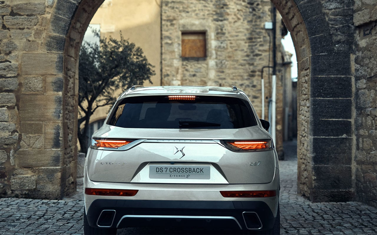 DS 7 Crossback E-Tense 4x4 вид сзади