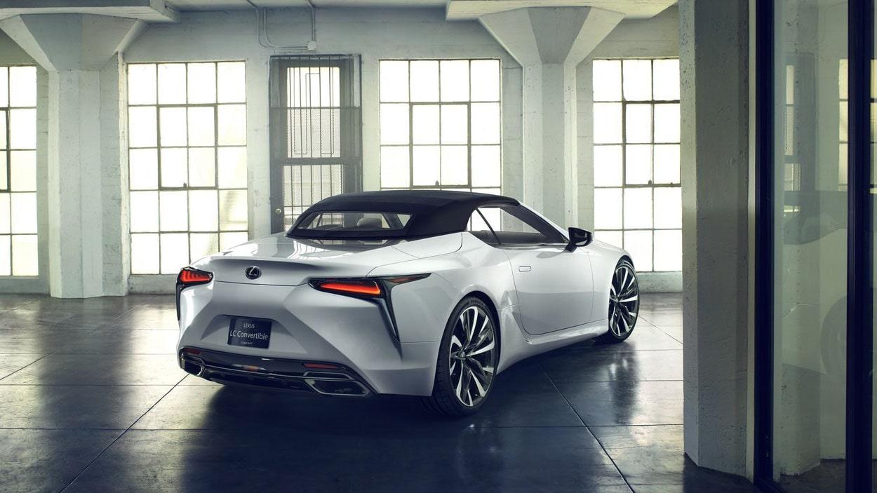 Lexus LC Convertible вид сзади