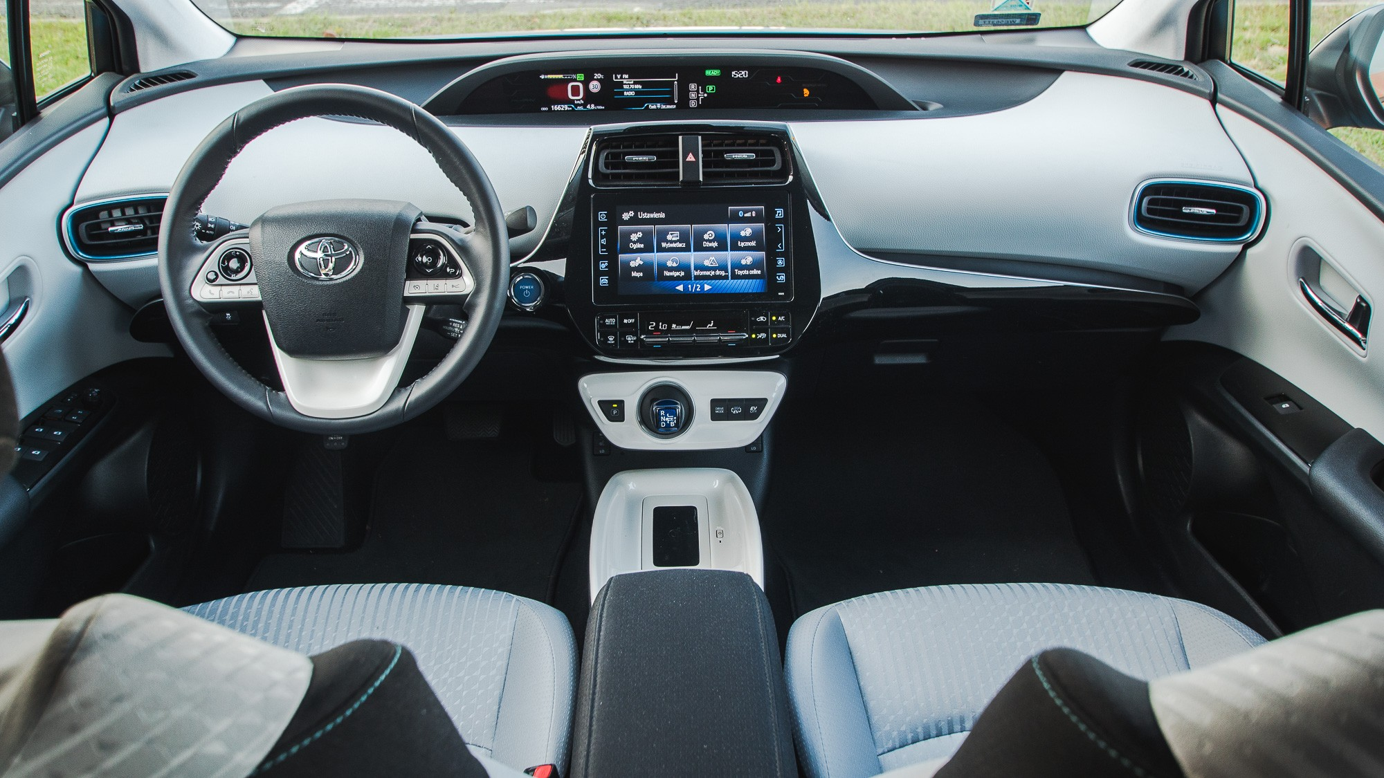 Toyota Prius Plug-in салон