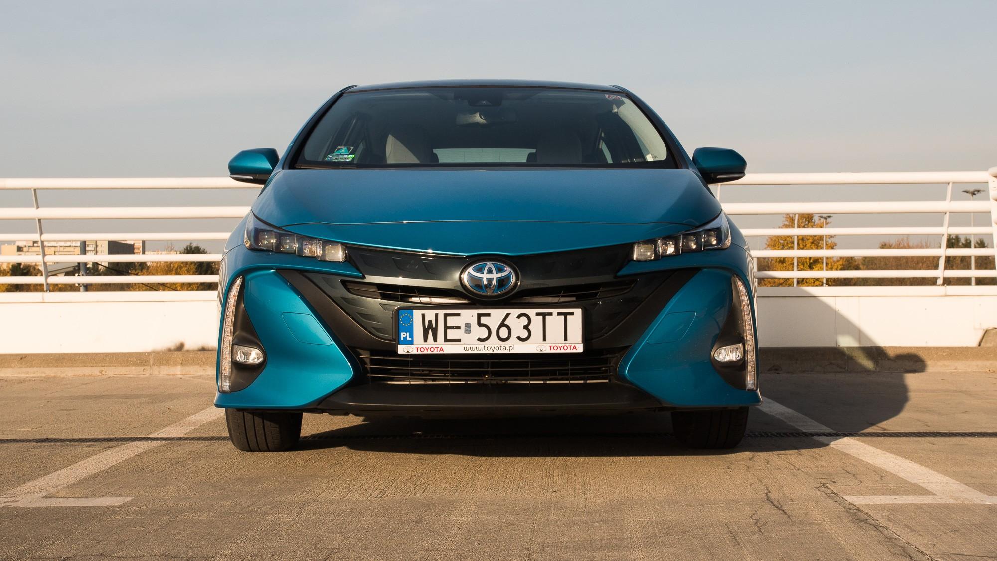 Toyota Prius Plug-in вид спереди