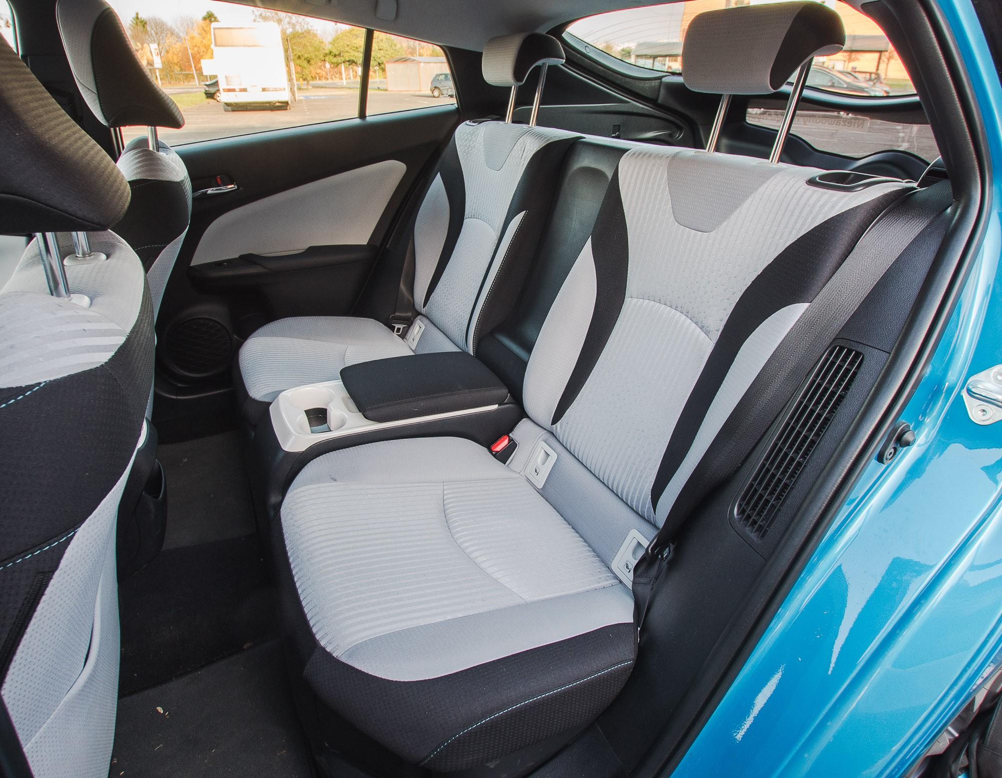 Toyota Prius Plug-in задние сидения