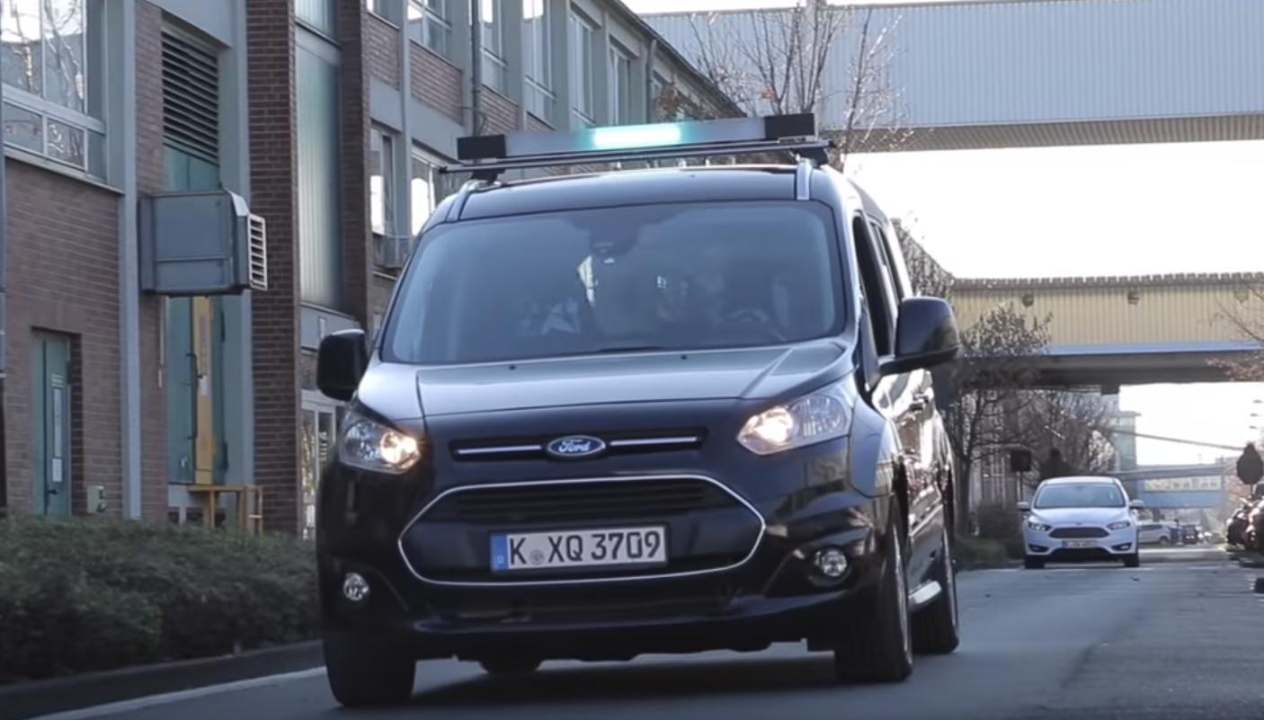 Автономные автомобили Ford будут общаться