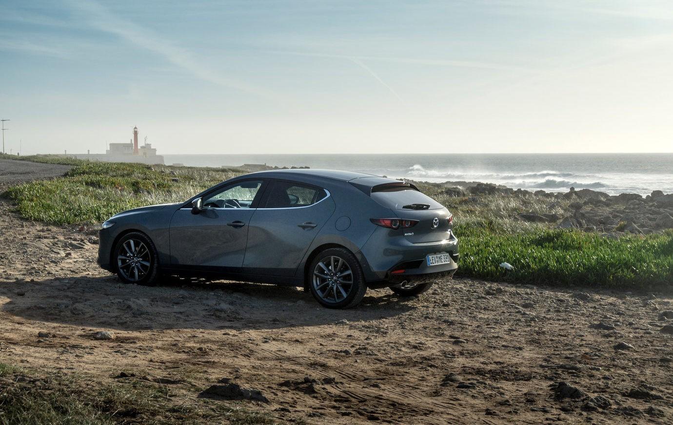 Mazda 3 сбоку