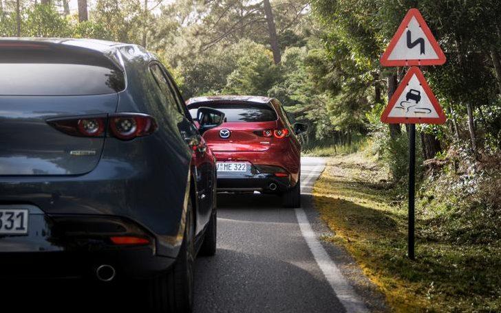 Mazda 3 сзади