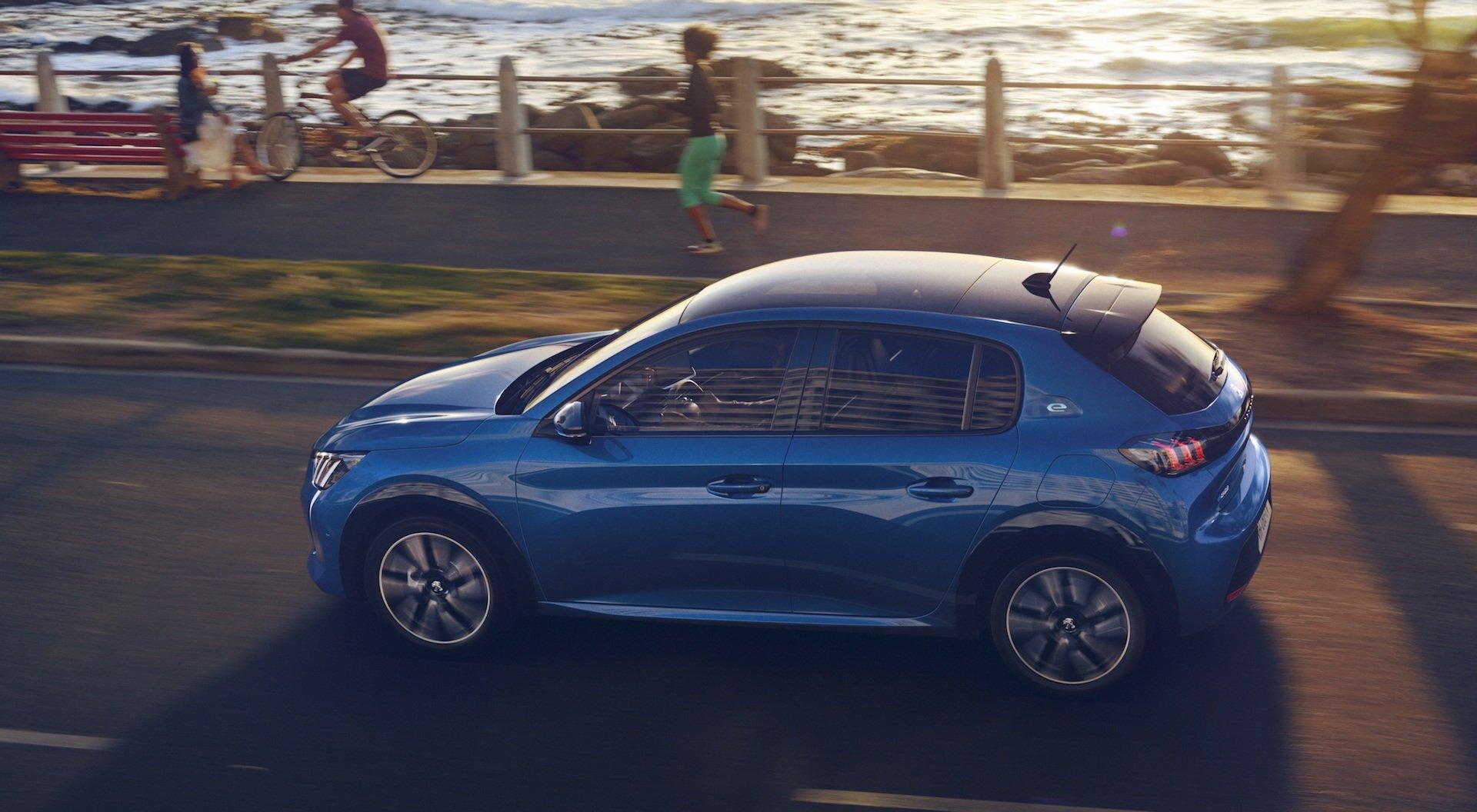 Peugeot 208 вид сбоку
