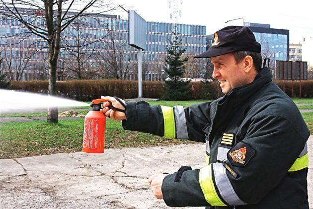 Правильный способ держать автомобильный огнетушитель.