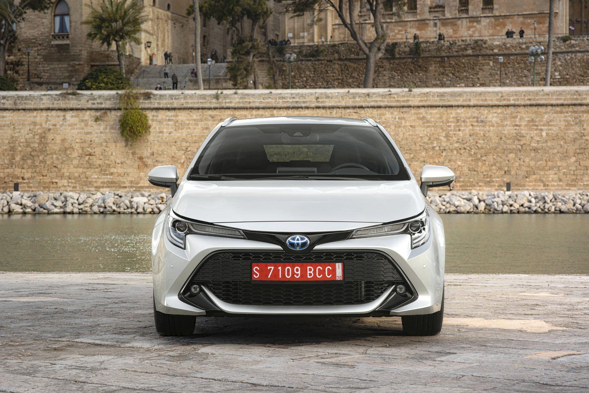Toyota Corolla вагон вид спереди