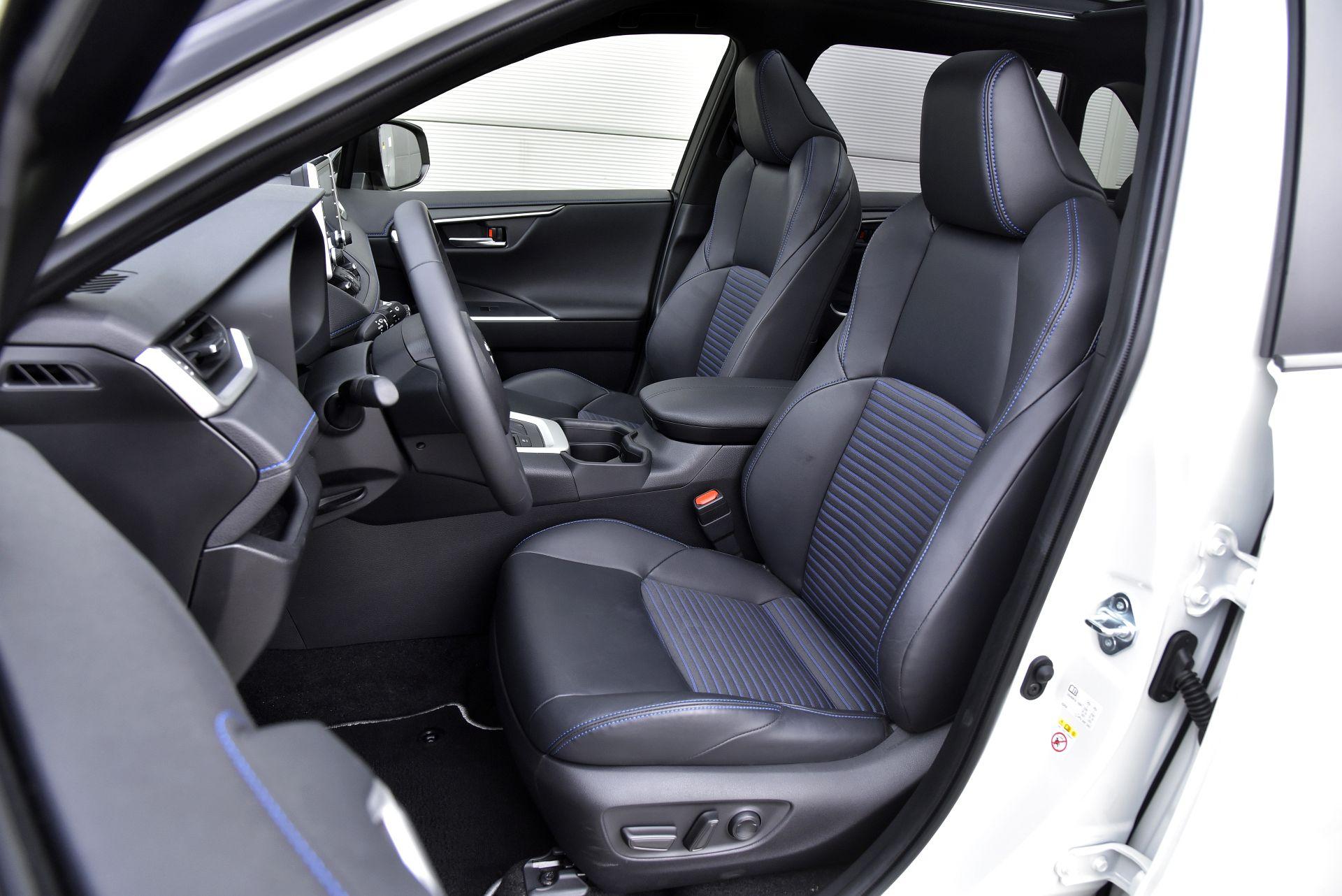Toyota RAV4 2.5 передние сидения