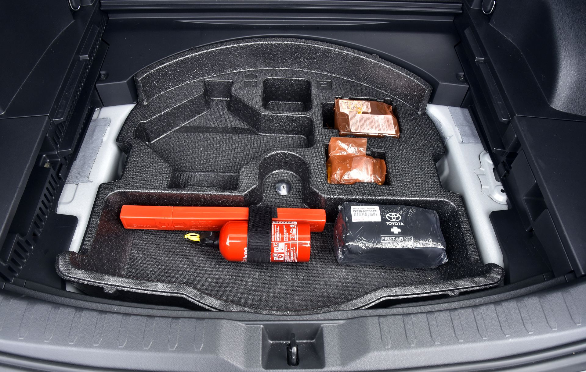 Toyota RAV4 2.5 вид багажник