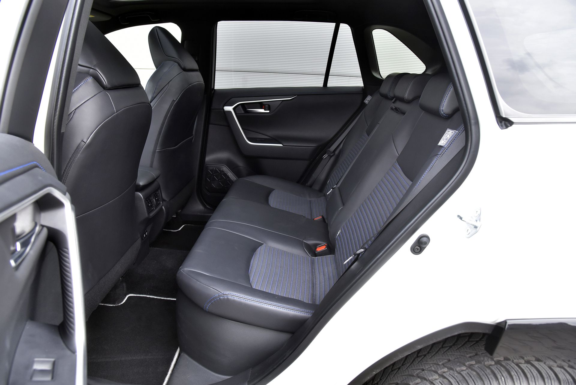 Toyota RAV4 2.5 задние сидения