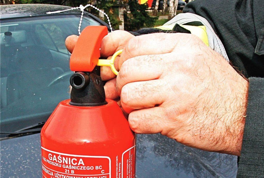 Вращение чека вокруг своей оси сломает защитную планку и позволит активировать огнетушитель.