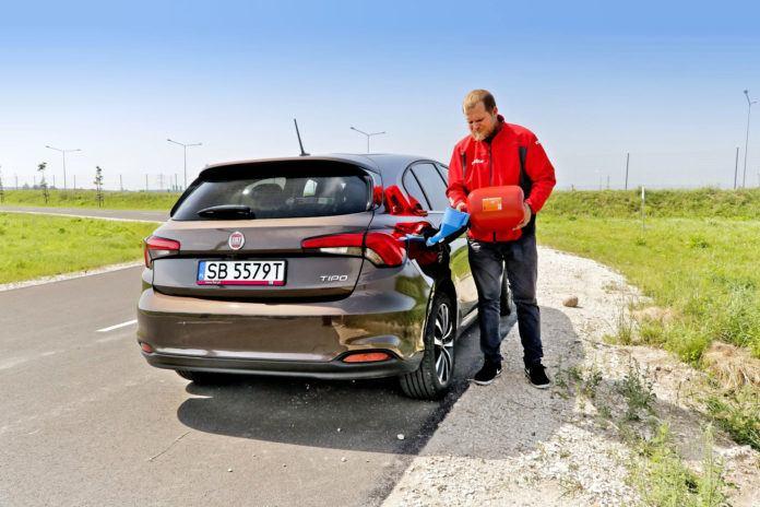 современный автомобиль с бензиновым двигателем